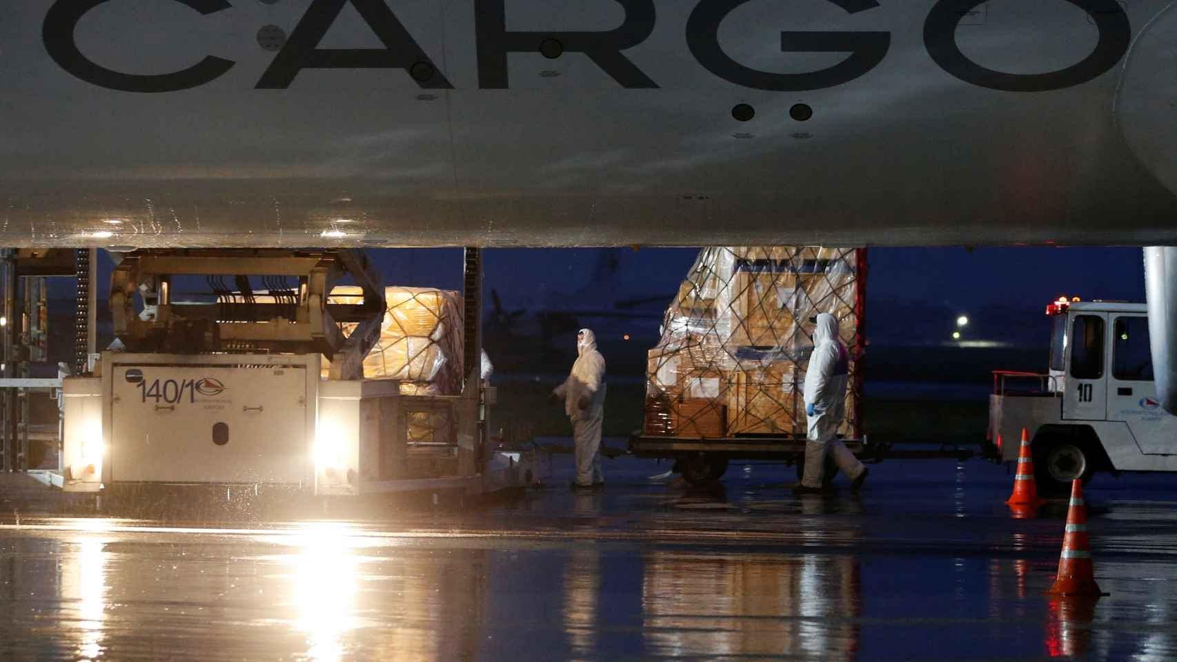 Carga de un avión con material sanitario