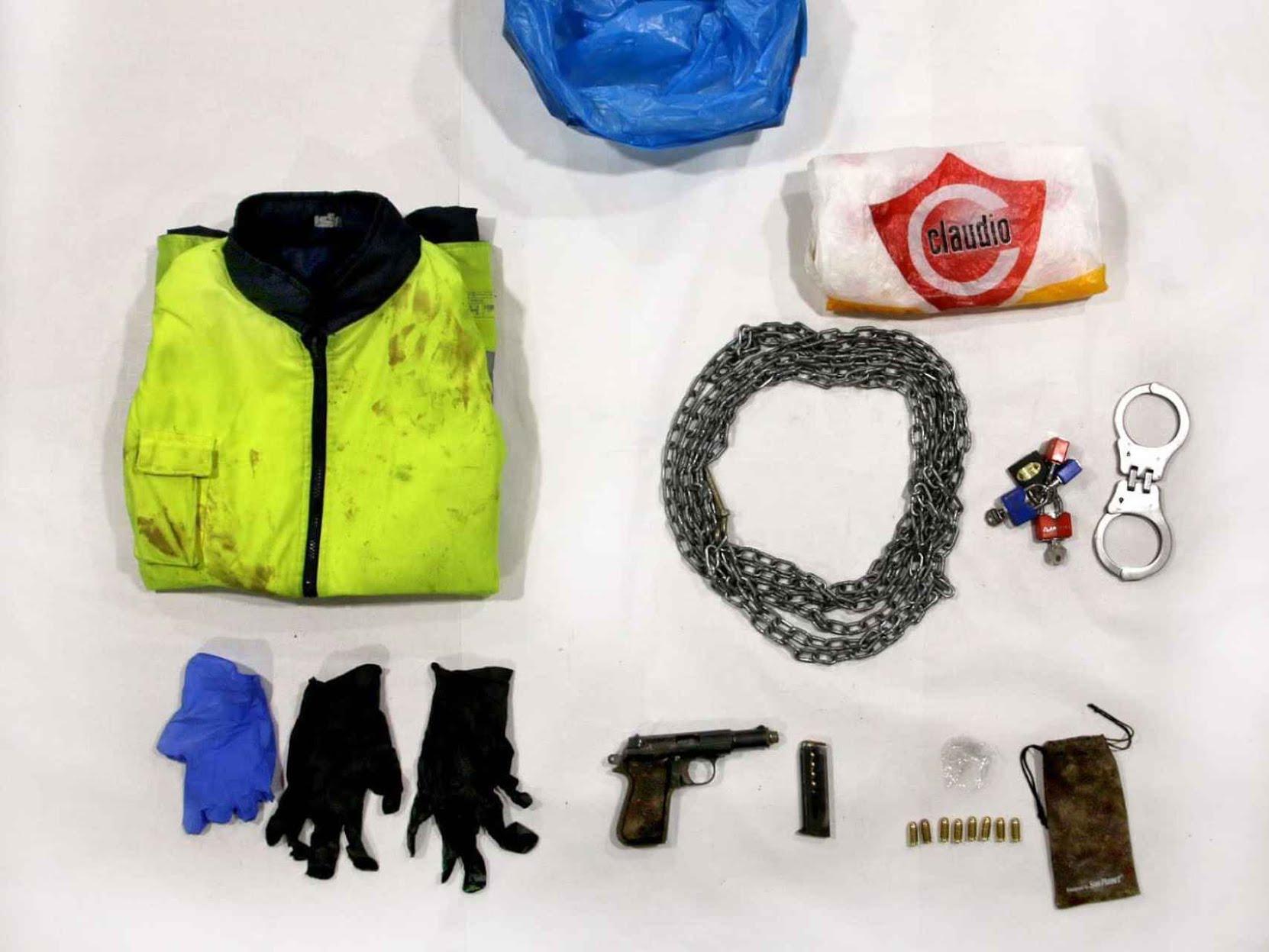 El contenido de la bolsa de supermercado del presunto asesino.